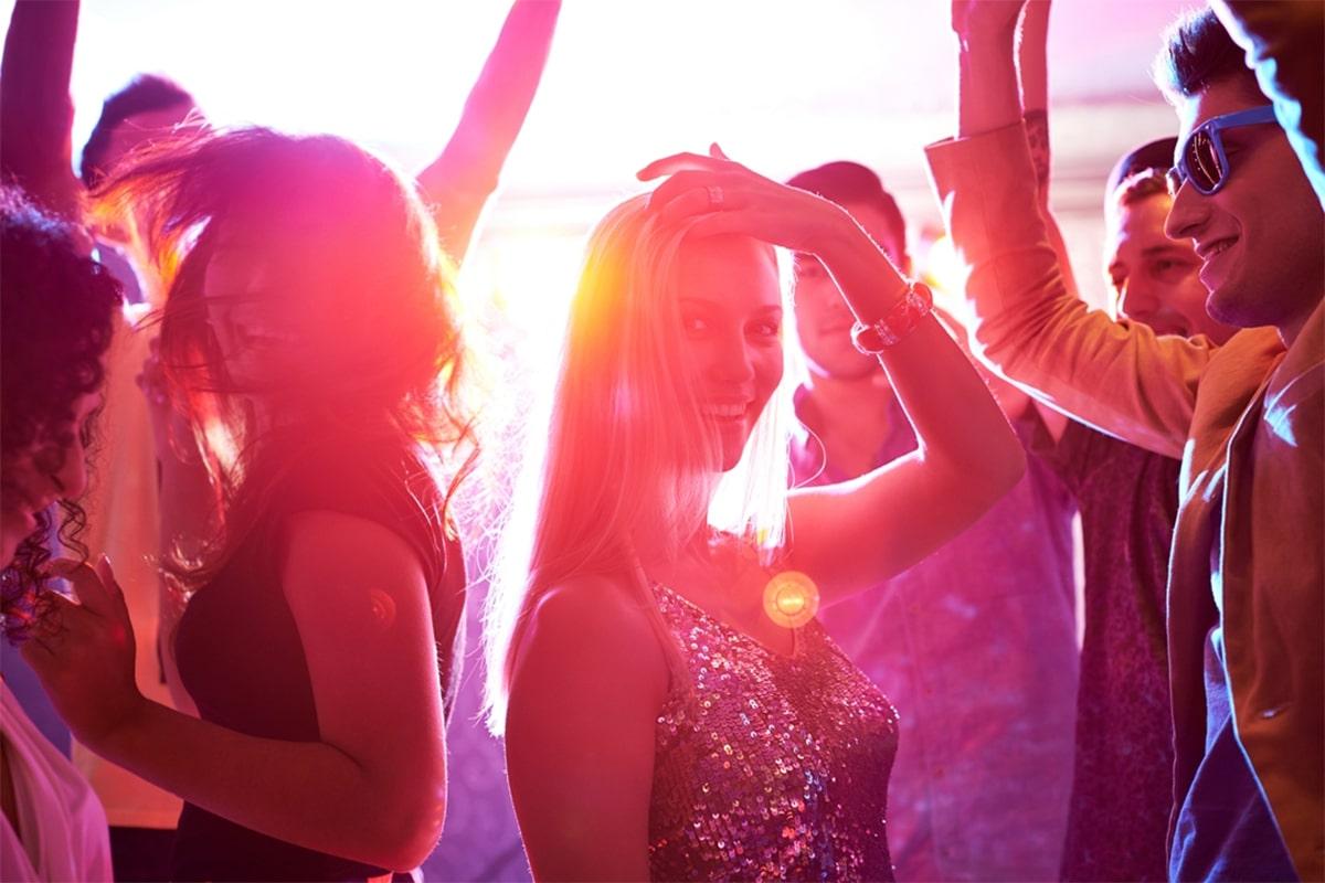 тихо девчонки танцуют в клубах ломать